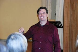 Han har sjungit både på Stockholmsoperan och på Göteborgsoperan men nu vikarierar operasångaren Göran Enegård som kyrkomusiker i Ström-Alanäs församling och stortrivs.