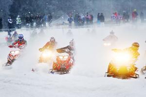 Snön sprutar kring skotrarna på banorna i Gräfsåsen.