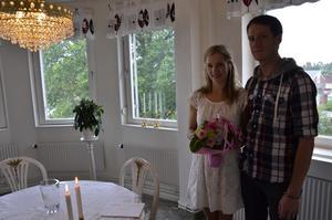 Nygifta. Linnéa Friman och Graham Voisey tycker att det nya vigselrummet är trevligt.