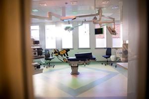 I november invigdes kirurgens nya toppmoderna lokaler vid Falu lasarett. Nu kräver läkarna vid kliniken åtgärder för att stoppa sjuksköterskebristen som orsakat allt fler stängda vårdplatser.