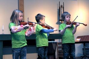 Tre barn från Notens förskola spelade fiol.