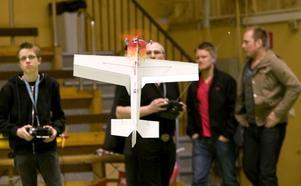 För flygplanens del gäller det att landa försiktigt. Det här blir hängande i luften ett tag.