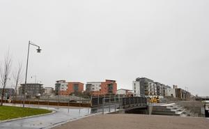 Behovet av fler bostäder är stort, men byggföretagen börjar bli försiktiga. Försäljningen av nya bostäder på Gävle Strand har tillfälligt stoppats och beräknas inte starta förrän nästa år.