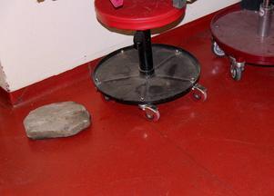 Stenen som kastades in genom fönstret på Björnligans avdelning är stor, ca 30 cm i diameter.