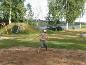 Min dotter Alice Davies tog denna bild av sin bror Oscar när vi spelade volleyboll i Sunnansjö och lyckades ge honom ett nytt ansikte!!!!