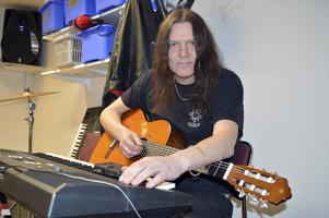 Nils Patrik Johansson engagerar sig för personer med funktionsnedsättning och lär ut sina musikkunskaper.