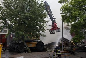 Brandmännen använde en maskin med gripklo som rev av taket, och till slut klöv byggnaden i två delar, för att branden lättare skulle kunna släckas.