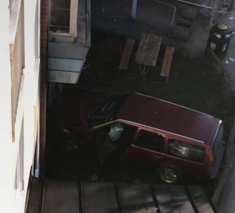 Bil korde in i polisstation med flit