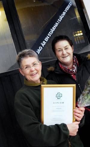 Anita Lind rördes till tårar när Centerkvinnornas distriktsordförande Helena Brink gav henne blommor och diplom.Foto: Sigrid Ejemar
