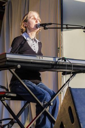 Therese Persson öppnade upp sitt sångnummer med låten