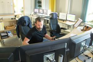 Driftteknikern Mats Andersson följer arbetet i gruvan från datorskärmarna. Han gläds åt att malmtillgången är säkrad för nästan tre decennier framåt.