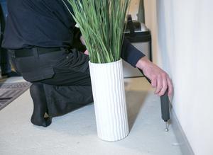 En fuktindikatormätare känner av om det finns fukt under golvet.