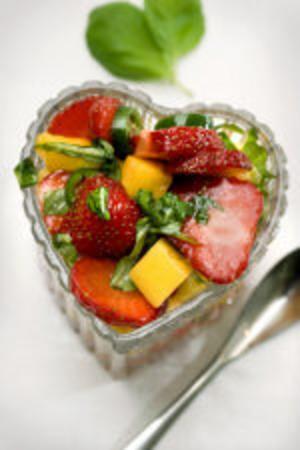 Gör en cool salsa med jordgubbar och mango som passar till det mesta i grillväg.