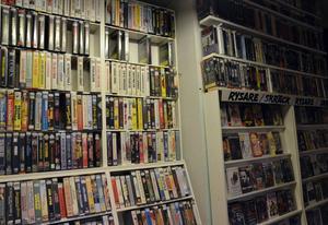 Väggarna i butiken är fyllda med filmer - från golv till tak.