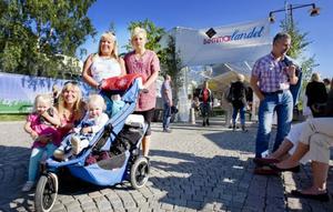 """Tre generationer. Veronica Magnusson Hallberg, Eva Dillner, och Marielle Hallberg hade precis börjat se sig om efter ett lämpligt matställe. Kajsa, 3,5 år, och Alva, 1,5 år, hade fått nog av flanerande och ville ha något i magen nu. """"Det är så mysigt att ta med barnbarnen på Stråket"""", säger Eva och skrattar glatt."""