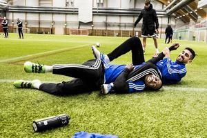 Silva och anfallskollegan Pa Dibba i en brottningsmatch efter träningen.