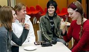 Studenterna Madelene Davidsson, Malin Olsson, Cecilia Weström och Cecilia Karqvist kopplade av på kaféet. Foto: Lasse Halvarsson