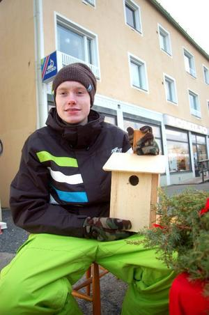 """Henrik Jonasson, 16, går första året på barn- och fritidsprogrammet på Hjalmar Strömerskolan. Han försökte sälja fågelholkar till en framtida klassresa. """"Vi vet inte vart det blir. Vi får se hur mycket pengar vi får in"""", säger han."""