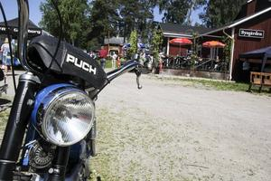 Några veteranbilar visas, men det finns också mopeder med veteranstatus.