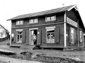 För att pressa matpriser och motverka handelskarteller startades konsumentföreningar som beställde hela vagnslaster med livsmedel och sålde för låga summor. Här butiken i Järpen under tidigt 1900-tal. Ur Konsums fotoalbum/Jamtli Bildarkiv.