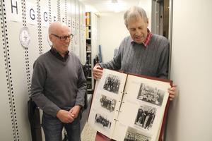 Arne Arousell och Bo Lindgren i Kamratföreningen Gamla Giffare är glada över att delar av Bollnäs GIF:s arkiv nu finns tillgängligt på nätet.