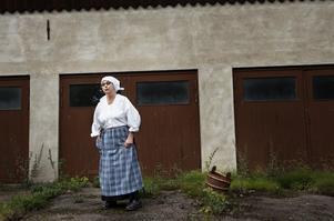 Kerstin Flodström som mjölkerskan Kersti berättade om lök och kol som odlades i trädgårdarna. Och om alla hästar och kor som fanns intill Herrgården. Foto:Stina Rapp