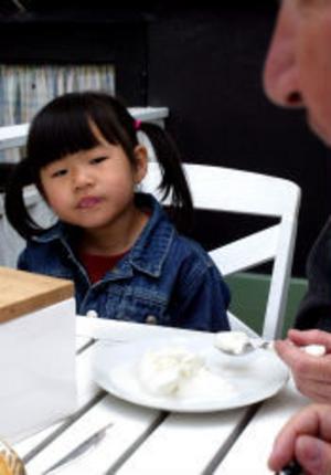 Nellie Rock får assistans av mamma med att äta efterrättsglassen.