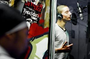 Att få utveckla sin musik, spela in en skiva och uppträda är drömmen för många. Här är det Alexander Ilic som testar en av sina låtar i inspelningsbåset.