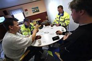 Foto:NICK BLACKMONPolitik och kortspel. Inget jobb i hamnarna under tre timmar på fredagseftermiddagen. Stuveriarbetarna diskuterade EU:s hamnpolitik i stället - och spelade lite kort.