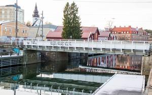 I upphandlingen ingår en ny cykelbro över Strömmingssundet. I ett separat projekt vill Trafikverket göra en ny järnvägsbro över kanalen.