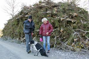 – Visst blev det fint, säger makarna Lena och Jan-Anders Aspelin, grannar med Långgarnsskogen. Hunden Nelson håller med.