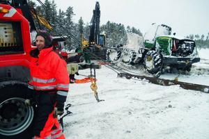 En hel del is följde med maskinen upp ur myren och som just nu står i Stugun för att tina.