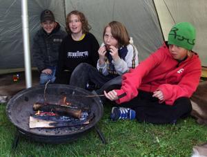 Rasmus Nexéus, 13, Christoffer Bergqvist, 12, Toby Björklund, 12, och Isak Sunding, 13, från Ås skola grillade korv i en tältkåta utanför Krokomshallen.