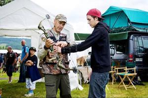 """Svenska bågskytt jägareförbundets Ronny Larsson instruerar Erik Alexandersson hur han ska hantera bågen. """"Egentligen är det inte svårare att skjuta med pil jämfört med en vanlig bössa"""", säger Ronny."""