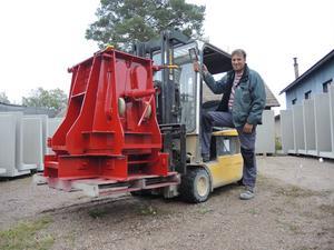 Peder Flygt, chef på Blixbo cementvarufabrik, med en av de nya gjutformarna från USA.