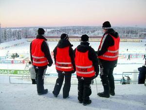 Sjukvårdspersonalen blickar ut över stadion där det kommer att samlas mycket folk under tävlingsdagarna.