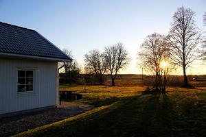 Det blir mörkt lite för fort i november. Men Skästa Gård är extra vackert i solnedgångens ljus.
