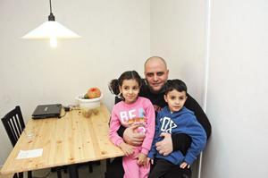 """ASYL. 16 januari ska familjen på intervju för sin asylansökan. Därefter ska de flytta igen eftersom boendet i Marma endast är ett tillfälligt boende. Familjen vet inte vart. """"Får man drömma så skulle vi vilja bo i Sundsvall eller Uppsala"""", säger Mohammad. Dottern Zainah, 6 år, längtar efter att få börja skolan och lära sig svenska. Lillebror Hasan är 4 år."""