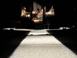 En magnifik gång av krossad vit sten leder till orgeln.
