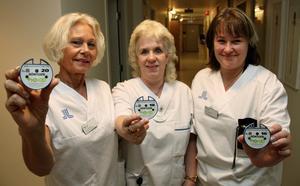 Röntgenklinikens chef Anna Billman, medicinska sekreteraren Yvonne Bäckström och Clarita Schedin, chef för avdelning 3, uppskattar pucken på Norrtälje sjukhus.