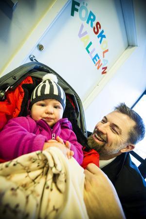 Snart tvingas Sonja, 14 månader att byta förskola. men pappa Henrik Hallberg tror att det kommer gå bra.