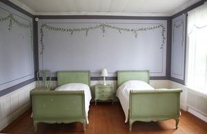 Ett av sovrummen i Lökes hälsingegård.