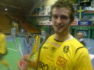 Finalhjälten Johannes Gustafsson med AIF-cupbucklan.