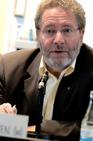 Anders Bergsten håller på Göran Hägglund.