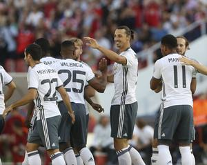Zlatan Ibrahimovic tackar Antonio Valencia (nummer 25) för den målgivande passningen till 1–0-målet mot Galatasaray.