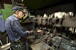 """HETT JOBB. """"Jag har stått vid samma maskin sedan 1967 och tillverkat närmare en och en halv miljon yxor"""", säger Jan-Olov Prim som på torsdag i nästa vecka går i pension efter 50 år i yxfabriken i Storvik"""