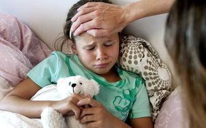 Stanna hemma med era barn om de är slöa och sjuka, skriver insändaren.