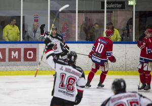 Hudik Hockeys Jonas Lindström firar efter ett av sina två mål mot Huddinge i helgen. Lindström är trea på veckans lista.
