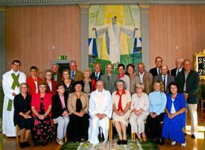 Prosten Gösta Öhnedal, Sundsvall, deltog den 21 augusti i ett för honom mycket speciellt konfirmationsjubileum. Det var den första konfirmationsgrupp han hade som nyexaminerad präst 1955. De samlades i Gideå kyrka, Örnsköldsvik. Främre raden från vänster: Berit Nordin, Barbro Norenius (Berglund), Aina Edlund (Dahlqvist), Yvonne Holmgren (Svanlund), konfirmationspräst Gösta Öhnedal, Asta Johansson (Edblom), Eva Sundström (Edlund), Sundsvall, Helena Arvidsson (Strandberg) och Ingrid Dahlberg (Asplund). Bakre raden från vänster: kyrkoherde Svante Evertsson, Barbro Lindquist (Asplund), Elsa Hägglöf (Lindgren), Torsten Jonsson, Laila Eriksson (Östman), Hasse Gradin, Margareta Berner (Bodin), Sundsvall, Bertil Gidlund, Evert Berggren, Ally Lögdström (Berglund), Berit Domeij, Sune Eriksson, Kjell-Ove Gröndahl, Åke Westman, Assar Hörning och Ulrik Wahlström.