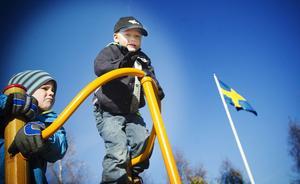 Pontus Johansson Sjölin och kompisen Nils Planeskog, båda 4 år, gillade att vara högst upp i klätterställningen.
